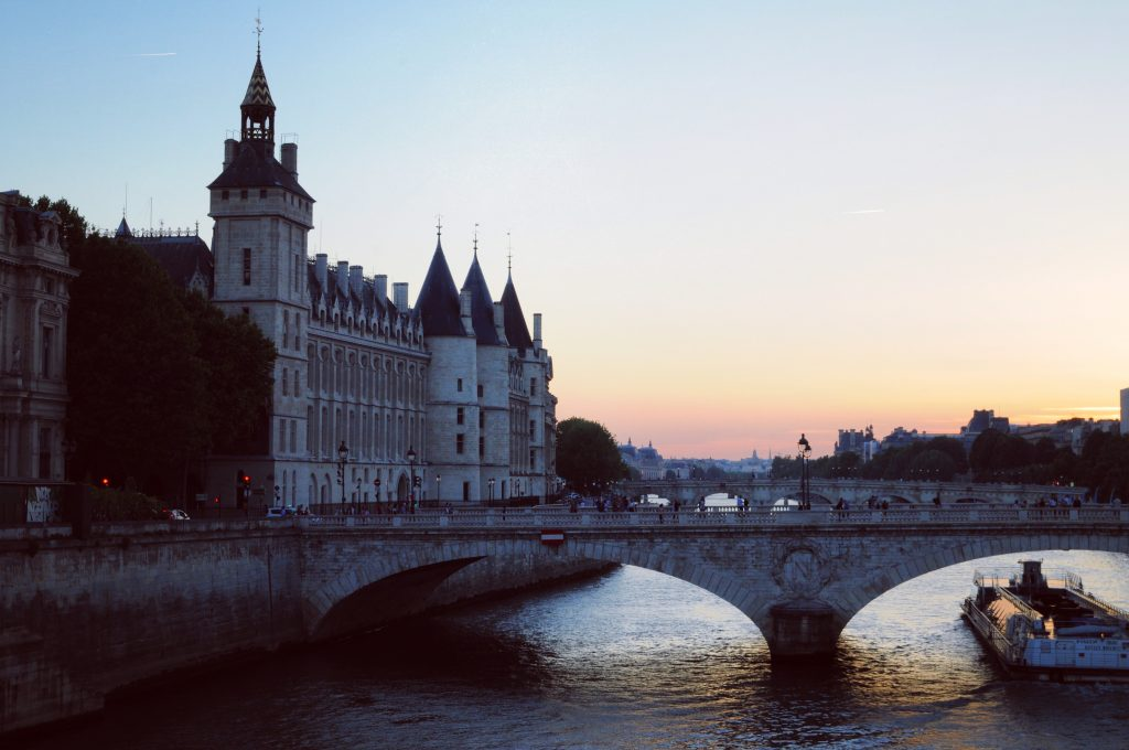 Celine-concierge-Paris-Sunset-conciergerie-ideal-luxury-Paris-Holiday
