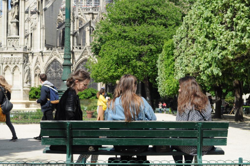Notre-Dame-Paris-girls