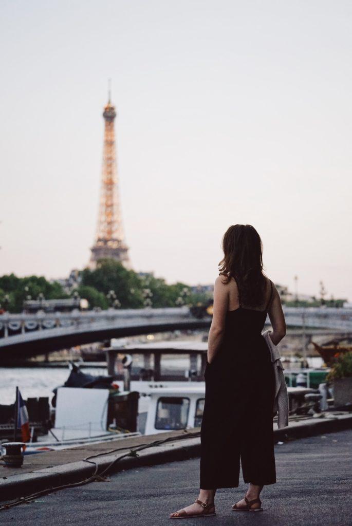 American-woman-in-Paris