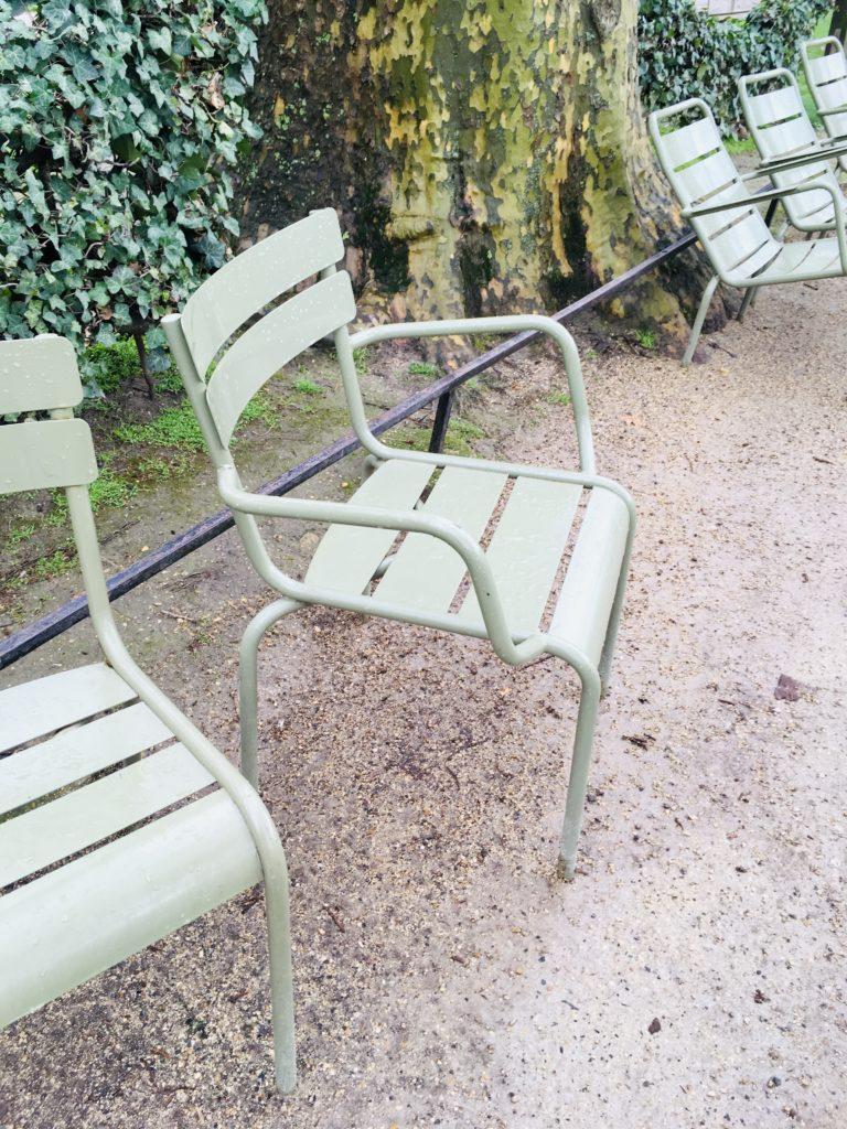 chairs-in-jardin-du-luxembourg-Paris